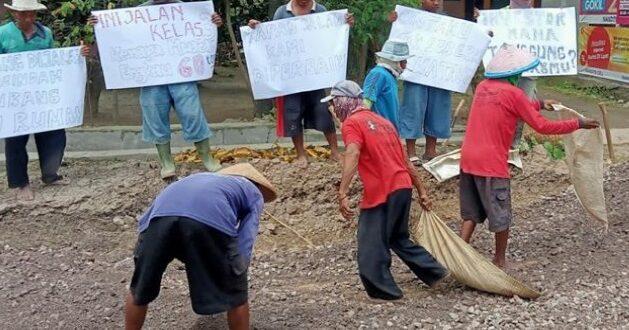 Jalan Rusak di Rembang, Belasan Warga Protes